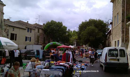 La brocante d'Aigues-Vives entre deux averses